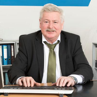 Steuerberater Ferdinand Vieth an seinem Schreibtisch.